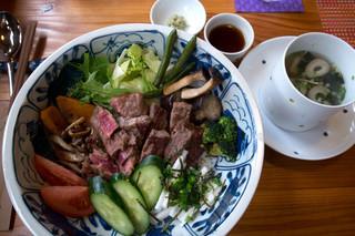 こてじゃーな - 「ステーキサラダボウル」(1,180円)。ご飯の上に沢山のお野菜とステーキが盛られた丼です。