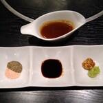 鷹山公 - ステーキ用ソースと薬味