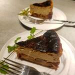 カフェ&ワイン ネーラ - ブランデー香るカラメル林檎とカルダモンチャイのバスクチーズケーキ