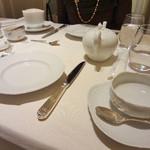 マイセン カフェ - サンドイッチのお皿を含めると、テーブル上の食器類は、10万円を超えてるよ~。 右のティーカップは、お隣で、2.1万円。