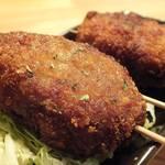 16036912 - 「名物!!東中メンチカツ」:ガブッと噛めば、下味がしっかりとついた肉汁がジワッ♪