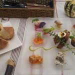 ダンデリオン - 前菜プレートとパン(食べ放題)