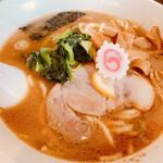 麺座 でん - 料理写真:家系で魚介醤油豚骨中太ストレート、レモンスライス乗せ\(//∇//)\