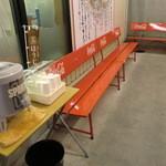 ラーメン魁力屋 - 店の前には待つお客さんのためにお茶が用意されています。