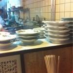 芳楽飯店 - カウンターには丼類がズラリ