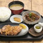 忍庵 - (炭火焼パリパリチキン+牛すじ+釜炊きご飯 1350円)釜炊きご飯は契約農家直送の「ななつぼし」を鉄釜で炊き上げております。