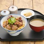 忍庵 - (炭火焼親子丼 950円)鶏肉は特製たれに漬け込んで紀州備長炭で香ばしく焼いております。