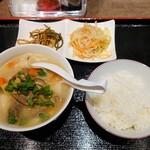 中国家庭料理 王園 - 令和3年10月 ランチタイム定食 刀削麺+小鉢2品+ご飯