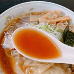 支那そばはせべ - スープは煮干が効いていて醤油のカエシが優しい、とても落ち着く味わい…