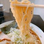 支那そばはせべ - 麺リフト。佐野の縮れ麺、良く出来ている。