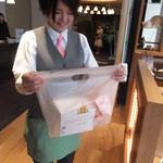 16057045 - 笑顔の素敵なスタッフさん はいどうぞ 【 2012年11月 】