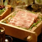 くつ炉ぎ・うま酒 かこいや - 我が家の自慢料理「炉端蒸し」。高温で一気に蒸すことにより素材の旨味を閉じ込めます。 肉は、余分な脂を落としヘルシーに。 鯛はふっくら柔らかく、野菜はほっこり優しくお召し上がり頂けます。