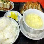 16062656 - 餃子定食。