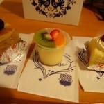 タカセ - ミニチュアのようなケーキ(ビスキーフルーツ、プチプリン、イチゴショート)