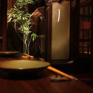 広々としたテーブルとお座席。時間がゆっくりと流れます・・・。