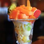 フルーツガーデン シン・サン - キーツマンゴー入りフルーツパフェ