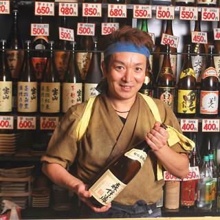 カウンターにズラリと並べられた【焼酎】は70種類以上★なかなか味わえない希少酒も多数!