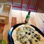 カフェ カプリ - アンチョビとオリーブのピザ900円