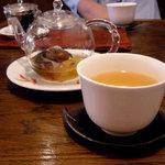 悟空茶荘 - 手前、八宝健菊茶 650円。奥、暴暴茶 650円。