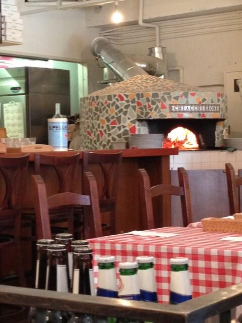 ピッツェリア キアッキェローネ - 薪窯 煙突にサインあり