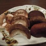 松 - 原木栽培のシイタケは菌床栽培と違いシイタケの嫌な臭みがなくシイタケ嫌いの方でも食べられると好評です