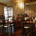 ティー・パス - テーブル席が10席ほど。昼は明るく、夜は照明をおとして落ち着いた雰囲気。