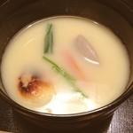 祇園 たに本 - 白味噌仕立のお椀 丸の焼き餅が入ってます