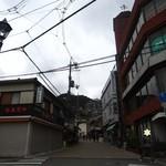 久國紅仙堂 - 箕面駅降りてこの真ん中の道を進んで箕面滝へ、もみじ天ぷらもこの道にて販売♫