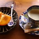16081924 - サービスの(コーヒーと江戸柿)