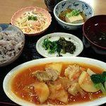 16083310 - ご飯(十五穀米)・豚ももトマト煮・スパゲティサラダ・煮奴・すまし汁(エネルギー690kcal)
