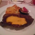 レストラン 半文居 - 予約でお願いしたステーキ。霜降り具合が素敵でした。