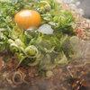 花たぬき  - 料理写真:当店名物!こだわりの油かすで焼き上げたべた焼のそば入りに、たっぷりの九条ねぎと生卵をトッピング。