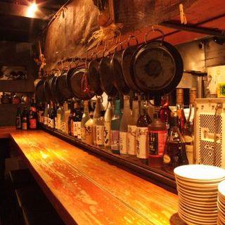 しっぽりお酒を楽しめる、常連様から人気のカウンター席!
