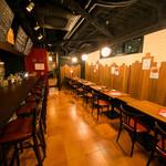 ミート酒場 ぼいす - ゆったりとした空間で、落ち着きがある。黒板掲示料理にも興味津々