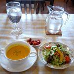 洋食厨房 KAJIMOTO - スープセット(400円)のパンプキンスープ、サラダ、福神漬