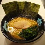 七福家 - 濃厚スープが絡みやすい、特注のこだわり麺。小麦の風味が半端ない。
