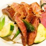ドラゴンカフェ - 黒毛和牛ステーキ丼1680円 肉質も良く米も付け合せもすべてが美味しい
