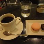 デカダンス ドュ ショコラ - コーヒーと本日のショコラ(700円)+マカロン(フランボワーズ)