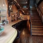 ケバブバー アンプル - 奥に長いカウンター席。2階は未使用ですが、パーティー用になるかも…とのことでした。