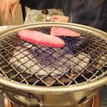 炭火焼肉香味苑 - 塩上カルビ、焼いています