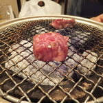 炭火焼肉香味苑 - タレハラミ、焼いています