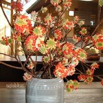 青山亭 - 郷土文化館の生け花のミツマタと奥に見える青山亭 - 早春