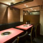 焼肉 いけや - テーブル席。店内は、カウンター席の他、座敷の個室もご用意しております。