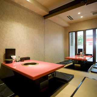 店内は、カウンター席・テーブル席の他、個室のお座敷もご用意しております。