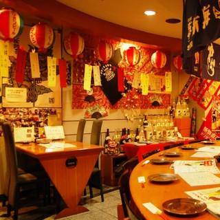 沖縄の民謡「島唄」が流れる店内でワイワイにぎやかに