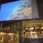 カフェ マーケット - ホール入口にある大スクリーン!