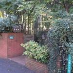 菩提樹 - 木々に囲まれたレンガ造りの門
