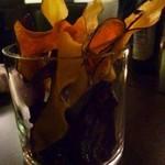 ブッチャー - 最初に「紫芋のチップス」が出されますが、これ美味しい。