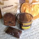 ラ・ピエール・ブランシュ - ショコラ・マカダミア¥189、フィナンシェ・ショコラ¥157、ピエモンテ(5枚入)¥525、ハート型のパイ?¥220