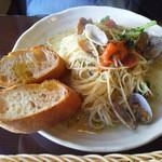 ディッシュ&カフェ トラム - 2012年11月25日訪問。アサリとブロッコリーのスパゲッティ、塩味。パン。